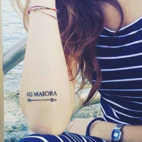 Tatuaje que dice Ad Maiora junto con una flecha...