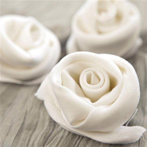 Adornos de tela  Un bonito detalle decorativo: rosas blancas realizadas con tiras de lino enroscadas.: