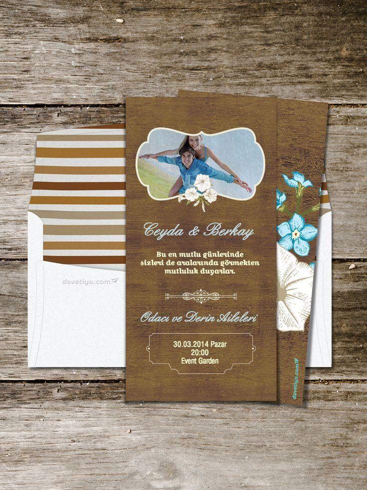 Koyu ahşap deseni üzerinde kullanılmış bir fotoğrafınız ve retro tasarımı ile bu davetiye, hem kapalı hem de açık mekan düğünleri için çok uygun. Düğününüzde üzerinde sevimli mesajlar olan ahşap bir board önünde misafirlerinizin fotoğraflarını çektirebilirsiniz.