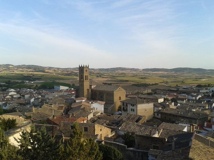 Fiesta medieval en #Artajona!! Tarde de mercadillo, boda de reyes, productos artesanos. http://blog.GustavoyEly.com