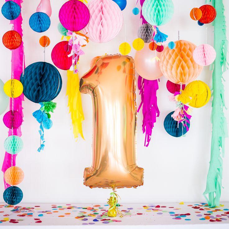 Une décoration hyper tendance pour vos événements - Aujourd'hui nous allons parler des tendances déco pour vos événements car oui il y a aussi une mode dans la décoration de fête. Alors pour une décoration qui fera pâlir de jalousie toutes vos amies c'est par ici ! Ballons confettis, boules et rosaces en papier, tassels, mur en serpentins ...