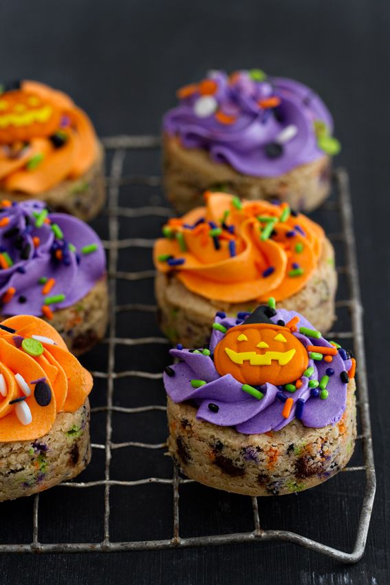 Halloween Chocolate Chip Cookies are pretty and delicious to eat. A great addition to your party table. from @bakingaddiction
