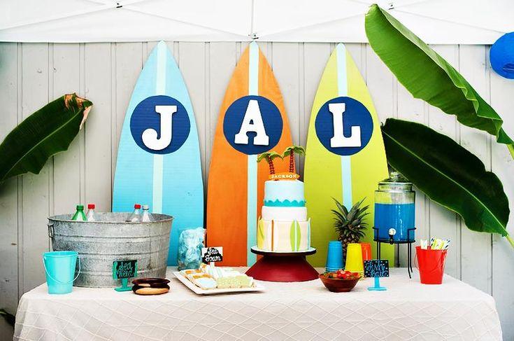décoration anniversaire d'enfant - planches de surf, seau métallique avec boissons et gâteau thématique cool
