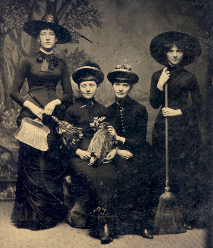 Ce groupe de «sorcières» en 1875.                                                                                                                                                                                 Plus