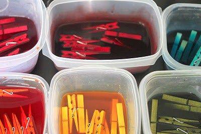 Pour teindre des pinces à linge, il suffit de les faire tremper 5 minutes dans de l'eau additionnée de peinture acrylique