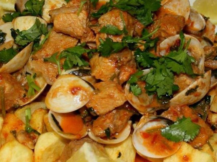 Carne de porco à alentejana Ingredientes:  700 a 800g de carne de porco da pá 3 dentes de alho 2 folhas de louro 2 a 3dL de vinho branco azeite q.b. 2 colheres de sopa de pimentão doce Condimar 500g de amêijoas sal q.b. piripiriq.b. 700g de batatas óleo q.b. (para fritar) pickles q.b. …