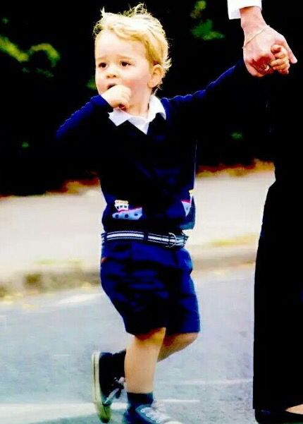 Príncipe George passa domingo no parque com babá