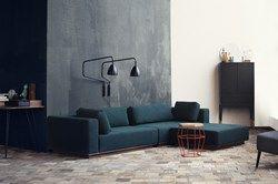 Element kombiniert den leichten, skandinavischen Minimalismus mit entspanntem Loungestil. Das Sofa bekommt Ihre persönliche Note, je nach Wahl der Elemente und Platzierung der losen Kissen. Die Möglichkeit, Kissen in interessanten Farben hinzu zu kaufen, betont den niedrigen Loungestil und den urbanen Look des Sofas.