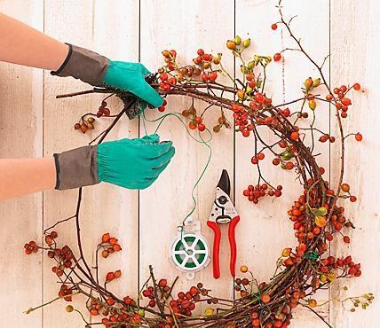 Nun kann es losgehen: Die Rosenstiele auf rund 15 Zentimeter kürzen. Aus dem Blumenladen benötigen Sie kleine Kunststoffröhrchen, die mit Wasser befüllt...