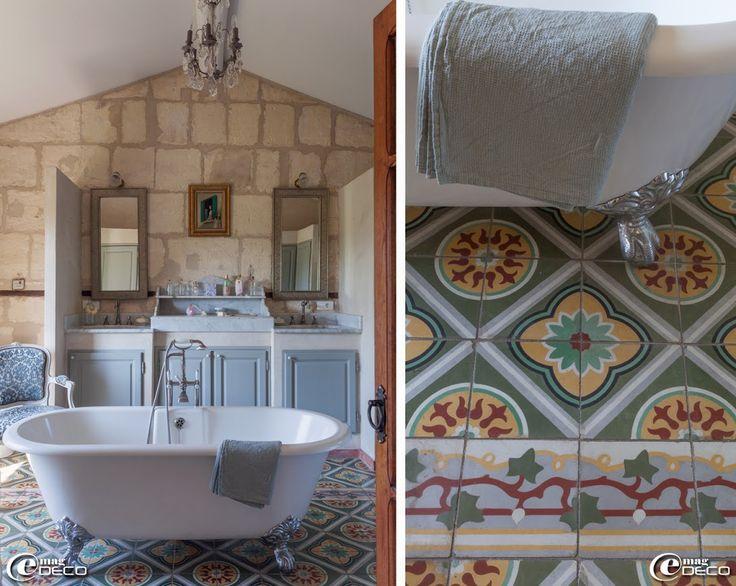 Dans une salle de bain, portes de placard 'Lapeyre' peintes, lustre à pampilles chiné à Villeneuve-lès-Avignon, linge de toilette nid d'abeille en lin 'Merci'