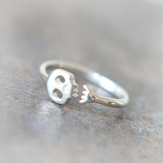 Lindo anillo de calavera en plata de ley                                                                                                                                                                                 Más