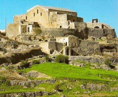 Mardin'in farklı bir özelliğiyle bilinen Mor Dimet Manastırı,Savur ilçesine bağlı olan Dereiçi Köyü'nde bulunmaktadır.  Hangi tarihte yapıldığı hakkında kesin bilgiler bulunmayan Mor Dimet Manastırı, Romatizma Manastırı olarak da adlandırıyor. Çünkü bu manastırın romatizma hastalıklarına iyi geldiği bilinmektedir.  Mor Dimet Manastırı'nın yapımında kesme taş ve moloz kullanılmıştır.