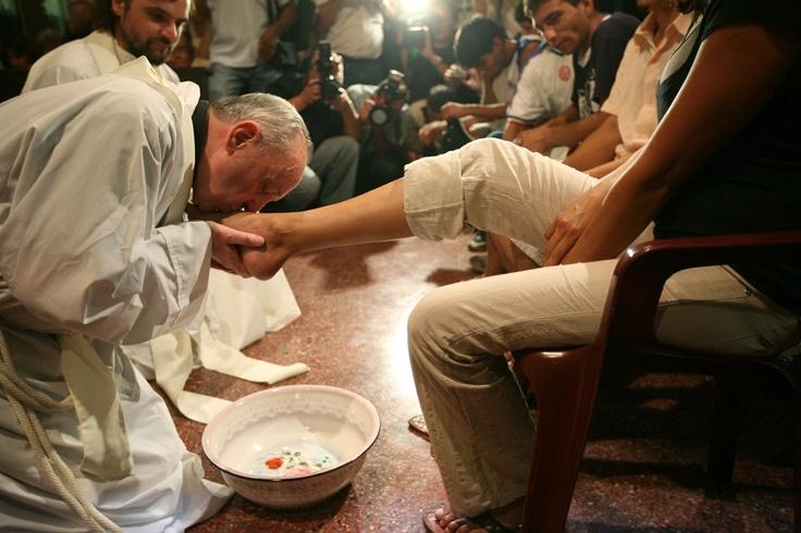 Кардинал Бергольо омыл и поцеловал ноги 12 больным СПИДом, проповедуя христианскую любовь, смирение и заботу о страждущих. Он прославился призывами к защите бедных в Латинской Америке и осуждением острого социального неравенства, существующего в этом регионе.