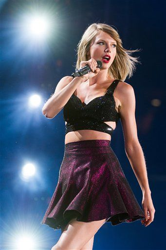 "Taylor Swift singing ""New Romantics"" at the 1989 Tour"