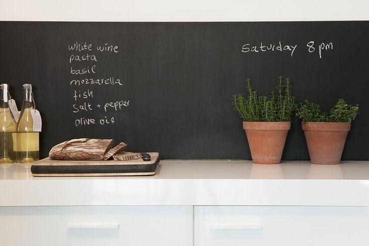 Una pizarra en la cocina, es un excelente elemento de decoración