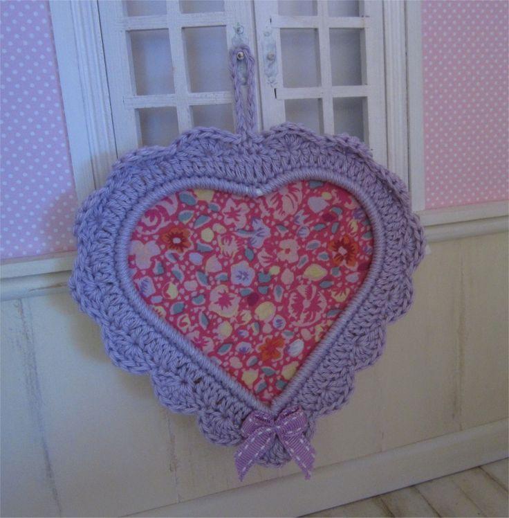 Petit cadre coeur mauve avec bordure au crochet : Décorations murales par atelier-crochet