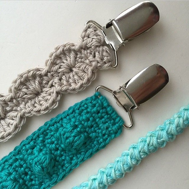 Free crochet pattern pacifier clips. Pattern is written for the teal one. Scroll down for the English version.