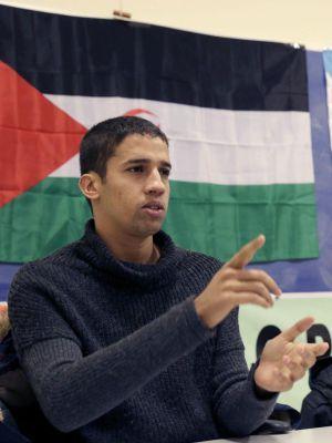 Un activista #saharaui suma apoyos para pedir asilo político a Interior   España   EL PAÍS #JusticeFail #DDHH #DerechosHumanos
