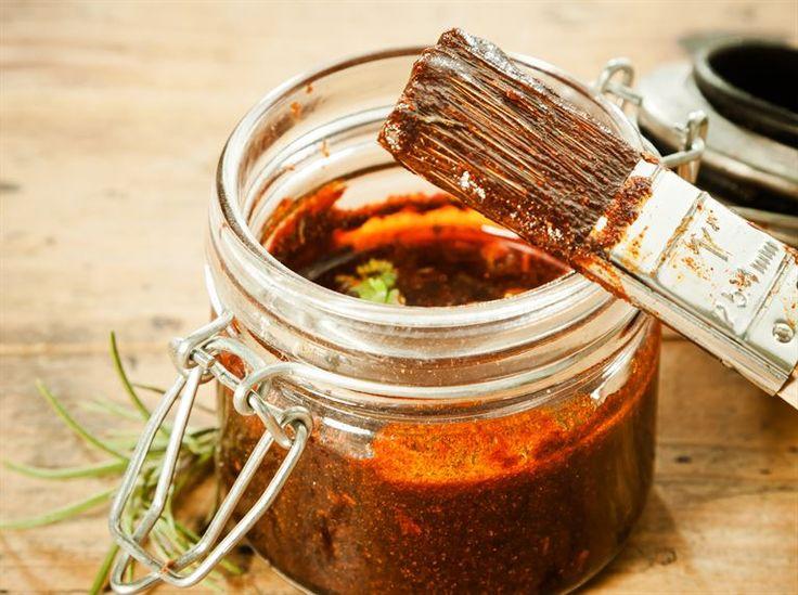 Sauce BBQ à base de tomate (poulet et côtes levées)  Dans un bol, mélanger :  • 1 ½ tasse (360 ml) de sauce tomate • 3 c. à soupe (45 ml) de mélasse • 3 c. à soupe (45 ml) de vinaigre de cidre • 1 c. à soupe (15 ml) de paprika (ou paprika fumé) • 1 c. à soupe (15 ml) de cassonade • 2 c. à thé (10 ml) de sauce Worcestershire  • 2 c. à thé (10 ml) de moutarde sèche • 2 c. à thé (10 ml) d'origan séché • 2 c. à thé (10 ml) de cumin