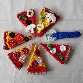 Ich biete hier eine selbstentworfene Anleitung zum Häkeln eines Pizza - Spielsets für die Kinderküche, bestehend aus: Pizzastücken (ca. 9cm x 5,5cm) Pizzaschneider (ca. 10cm x 4cm x 1,5cm) 10 verschiedenen Belägen (Salami, Kochschinken, Champignons,