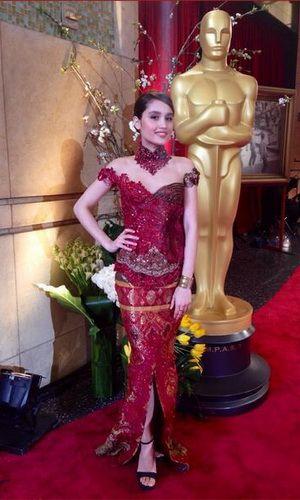 Kebaya Cinta Laura Steal Attention at Oscar Event
