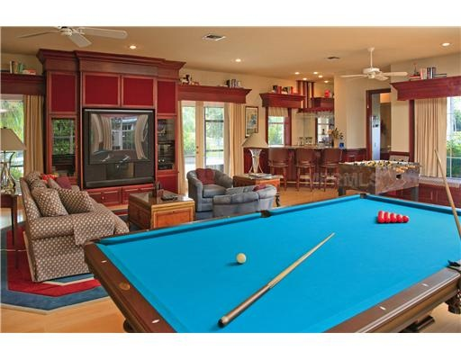 Now that's a family game room!! Sweet.