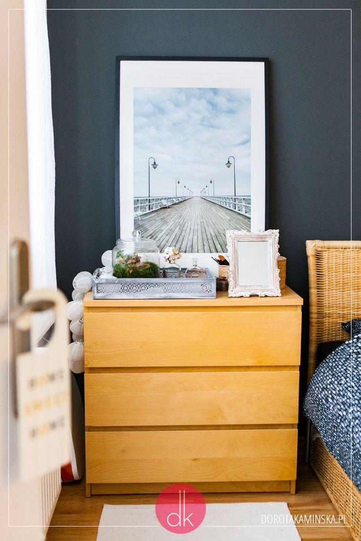 Sypialnia z kątem do pracy, szara ściana i luksfery.   #dom #mieszkanie #wnętrze #interior #bedroom #sypialnia
