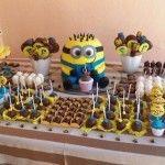 Prevendo que muitas crianças irão querer uma festa no tema, resolvemos facilitar sua vida e reunimos 74 dicas de decoração para festa infantil Minions
