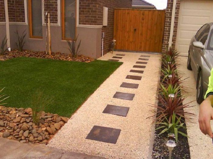 Дорожка от дома станет просто оптимальным вариантом для декорирования двора.