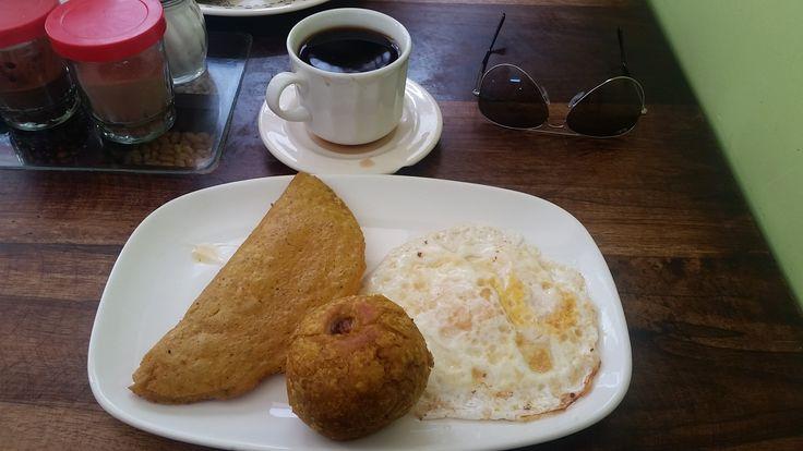 Mi desayuno favorito en Baños de Agua Santa, antes de viajar para el Puyo! Huevo frito con bolón mixto (con chicharrón y queso) y empanada de verde con carne y un café!  La mia colazione preferita a Baños, prima di partire per andare al Puyo! Uovo fritto con Bolón (una palla fritta con dentro riso, carne e formaggio) e empanada di platano verde (un tipo di banana) ripiena con carne! Buonissimissimo!  http://recorriendotodoelmundo.weebly.com/