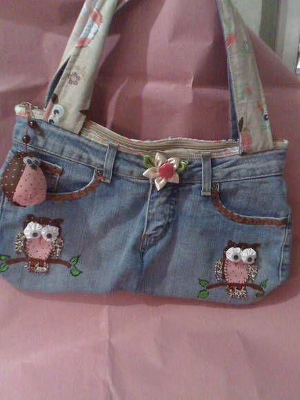 á vista R$ 50,00 bolsa em jeans customizado fechamento com zíper, bolsinho interno com zíper, chaveiro de coruja o tom do jeans pode variar R$ 54,90