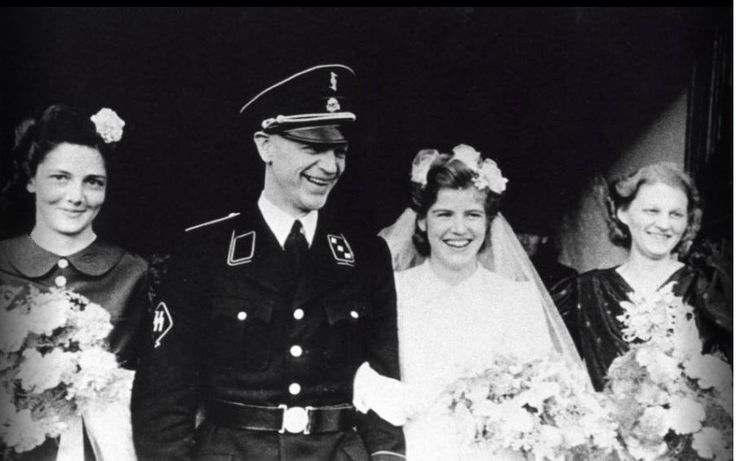 Ο περήφανος νέος σύζυγός φοράει τη στολή των SS την ημέρα του γάμου του το Δεκέμβρη του 1942.