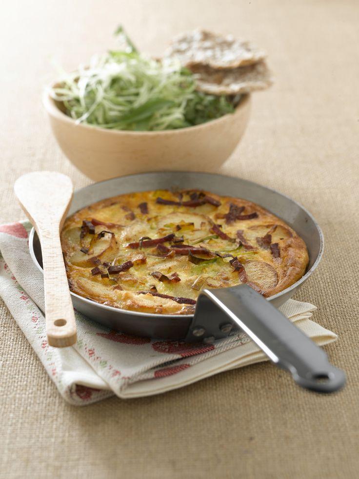 La ricetta di Sale&Pepe per preparare una perfetta torta di speck e patate da servire insieme a un contorno di insalata di cavolo
