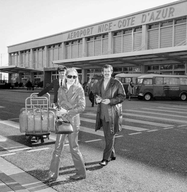 Jean-Paul Belmondo et Ursula Andress a l'aeroport de Nice en 1960