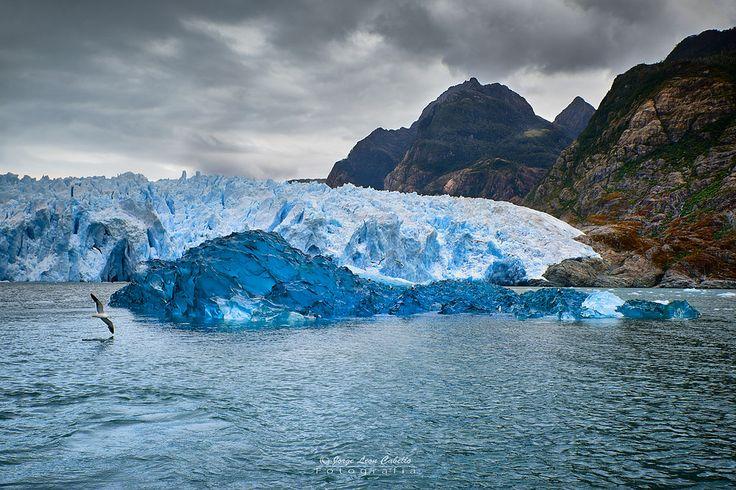 Noelegroj (De regreso de Carretera Austral) posted a photo:  El Glaciar San Rafael es uno de los mayores glaciares del Campo de Hielo Norte en la Patagonia Chilena. Es la mayor masa de agua congelada mas cercana al Ecuador en el mundo. Tiene un ancho de 2 kms y un frente de 50 mts de altura, con un largo de 20 kms desde su nacimiento en el campo de hielo hasta llegar al mar. Cada tanto grandes trozos se desprenden de su frente dando origen a la Laguna San Rafael y al Rio Tempanos que la…
