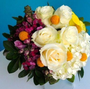 Bouquet de novia personalizado: Se compone de Hidragea, calas amarillas,  rosas blancas, boca de dragon y follaje de jazmín. Para personalizaciones asista a nuestra tienda. Solicítalo ya: Teléfono +571 2159030 - 3053336786o al correo electrónico clientes@lapetala.com.