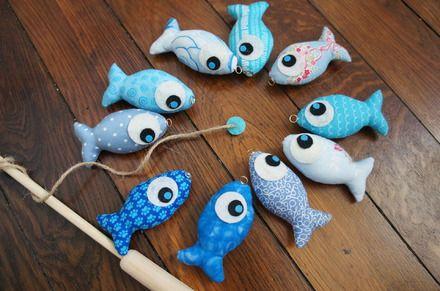 Jeu de pêche à la ligne en tissu pour enfant à partir de 2 ans .  Il est constitué d'une canne en bois avec un aimant au bout du fil pour attraper 10 poissons en tissu de diff - 18425634