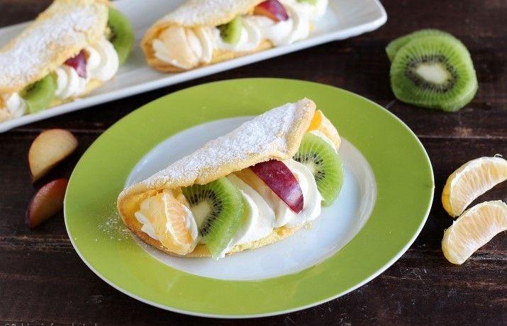 Omelette di pan di spagna alla frutta e kiwi