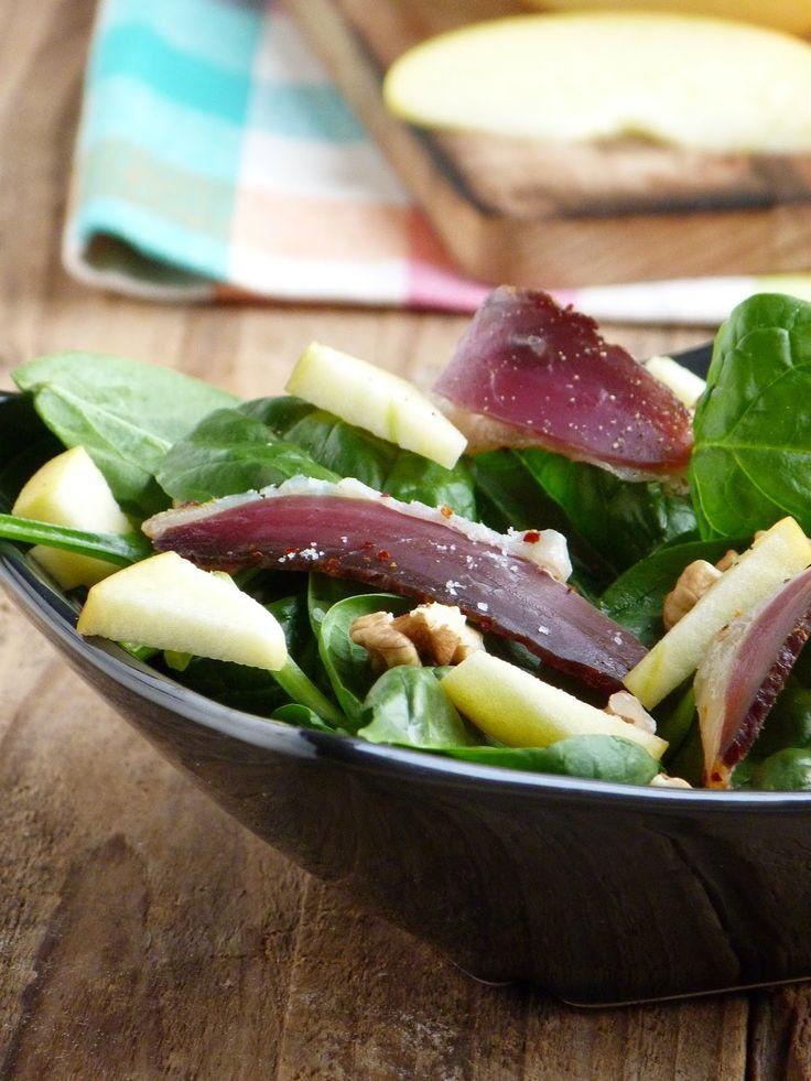Salade de pousses d'épinards, magret de canard séché, pommes et noix
