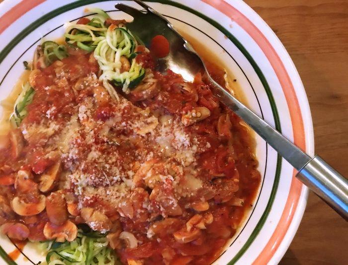 In de zomer zijn we echt gek op rauwe courgettini. Een makkelijke lunch of diner met tomaten en pesto. Ik ben nu gaan experimenteren met een meer herfstversie, door de courgette ook te roerbakken. Door courgette te gebruiken in plaats van 'gewone' pasta, eet je minder koolhydraten en dat is heel goed voor de slanke….... lees verder