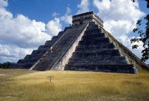 Chichén Itzá fue fundada en 514 d.C. La guerra y los sacrificios eran los factores más importantes en la cultura maya, y en ningún otro lugar es estomás evidente que en las estructuras de Chichén Itzá. El Castillo, la pirámide-templo cuadrilátero dominante, fue uno de los centros de sacrificios en la ciudad.