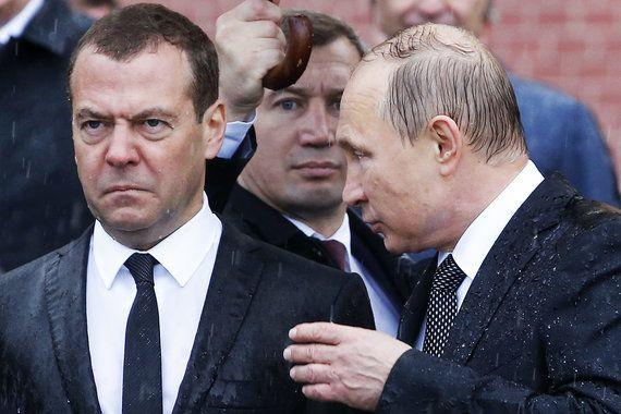 Президент Владимир Путин и премьер Дмитрий Медведев  в День памяти и скорби приняли участие в церемонии возложения венков к Могиле Неизвестного солдата у Кремлевской стены, сообщает «Интерфакс»