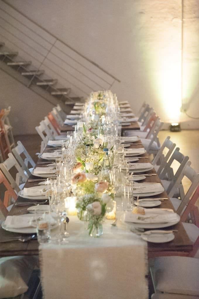 Hochzeit Studio Lichtstrasse In Koln Lange Tischreihen Mit Bunten Holzstuhlen Kombiniert Mit Leichter Hel Vintage Hochzeit Hochzeitsmesse Brautstrauss Vintage