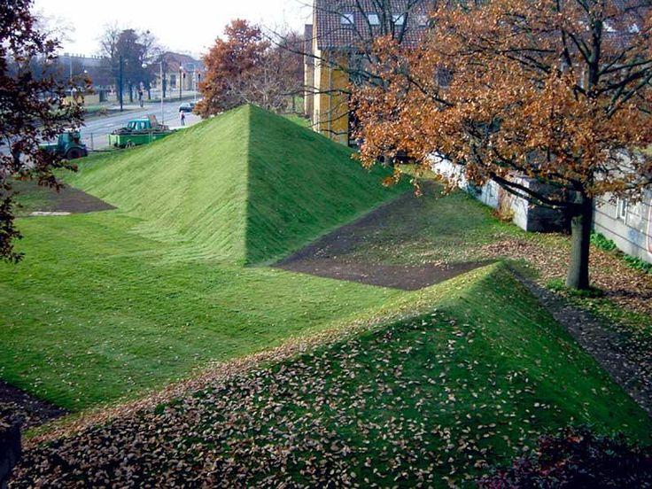 Instalación de pirámides de césped diseñadas por Ernst Cramer en 1959 y reconstruidas en 2003
