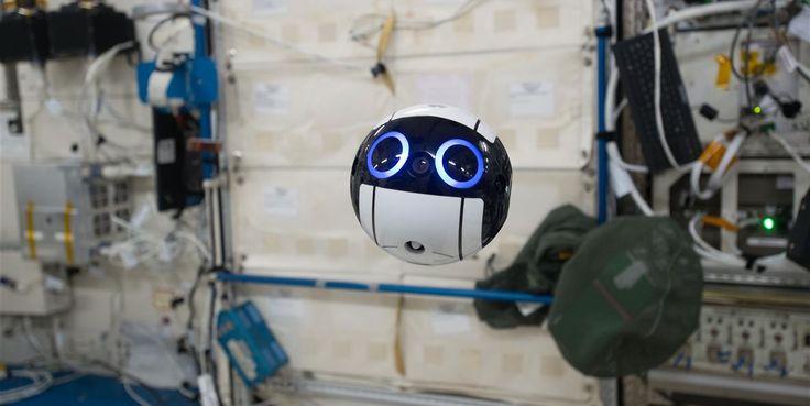 La esfera robótica, de 15 centímetros de diámetro y un kilo de peso, graba imágenes y vídeos que pueden ser reproducidos en tiempo real por los controladores de vuelo e investigadores terrestres