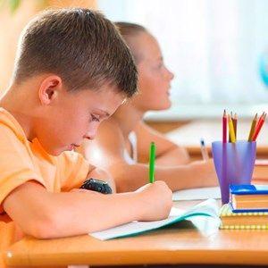 På Hvinningdalskolen i Silkeborg har de droppet begrebet 'lektier'. I stedet er der afsat tid i selve undervisningen til fordybelse i afleveringer, oprettet lektioner hvor eleverne kan øve sig i fag og opgaver, de har svært ved, og indført særlige opgaver, som eleverne skal lave hjemme med en voksen.