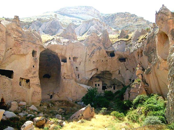 Zelve açık hava müzesi/Avanos/Nevşehir/// Bölge hıristiyanlık döneminin sonra ermesinden sonra da 1950'li yıllara kadar köy olarak kullanılmış. O yıllarda kaya evler içinde yaşayan insanlar daha sonra vadiye 2 km uzaklıkta kurulan Zelve Köyü'ne taşınmışlar.