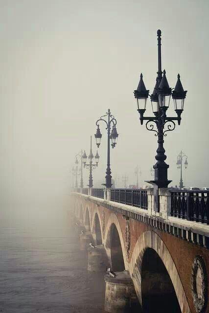 Pont de pierre à Bordeaux.... j'adore cette image.... mais ça m'énerve quand je vois que certains imagine que c'est à Paris alors que c'est juste la ville à l'opposé en France.... Paris au nord, Bordeaux au sud....