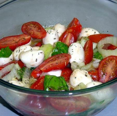 Bazsalikomos-mozzarellás-póréhagymás paradicsomsaláta Recept képpel - Mindmegette.hu - Receptek