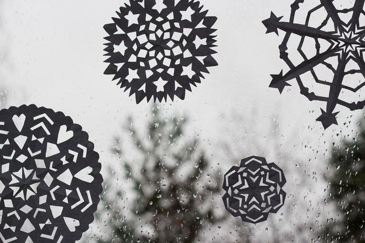 http://starbox.fi/niittykukkia/paperiset-lumihiutaleet  diy paper snowflakes